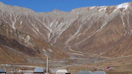 Село Рук расположено у подножья Главного Кавказского хребта